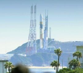 陸域観測技術衛星を載せて、発射地点で打ち上げを待つH2Aロケット24号機(24日午前、鹿児島県の種子島宇宙センター)=共同