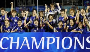 サッカー女子アジア・カップで初優勝を果たし、カップを手に喜ぶ宮間(中央)ら日本イレブン(ホーチミン)=共同