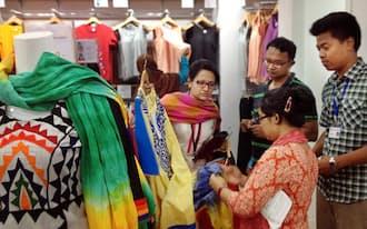 ユニクロはバングラデシュの店舗で現地女性向け民族衣装の販売を始めた