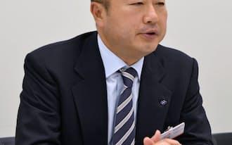 決算発表する伊藤園の本庄大介社長(2日、東証)