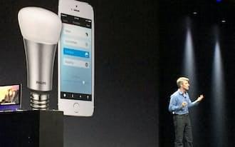 フィリップスの電球をiPhoneで制御できるようになる機能を説明するアップルのクレイグ・フェデリギ上級副社長