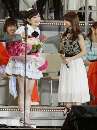選抜総選挙で1位になり、大島優子さん(右)から祝福される渡辺麻友さん=共同