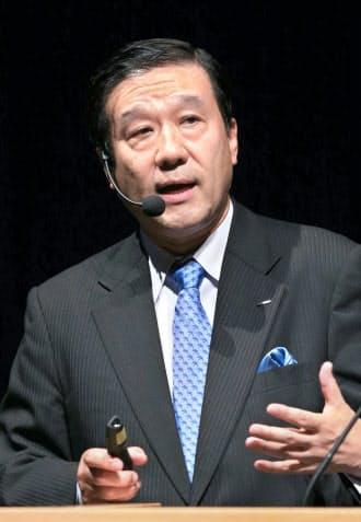 講演するNTTデータの岩本敏男社長(9日午前、東京・大手町)