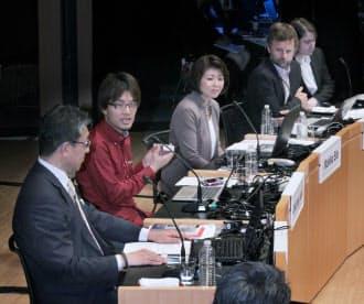 「データ化するリアルワールド」をテーマに討論する(左から)平井、岩佐、江田、アンタビ、バックワードの各氏(9日午後、東京・大手町)
