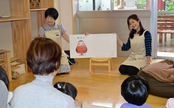 主婦から子育て支援の世界に飛び込んだ斎藤さん(左)と大村さん