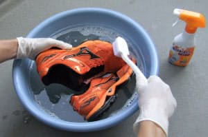 ブラシを使ってシューズを洗うときは毛先を軽く当てる程度でゴシゴシしない