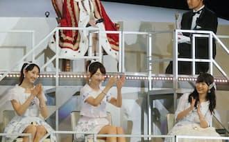 アイドルグループAKB48の「選抜総選挙」で1位になった渡辺麻友さん(上段。7日夜、東京都調布市の味の素スタジアム)