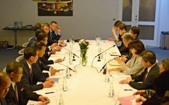 外務省局長級協議に臨む日本(右側)と北朝鮮の代表団(5月26日、ストックホルム市内)