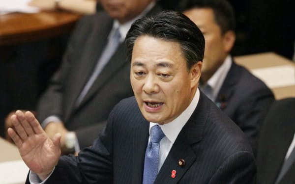 安倍首相と討論する民主党の海江田代表(11日、国会)