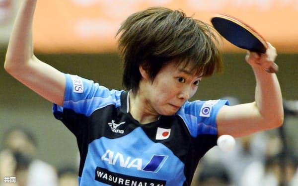 女子シングルス決勝でシンガポール選手と対戦する石川佳純(22日、横浜文化体育館)=共同