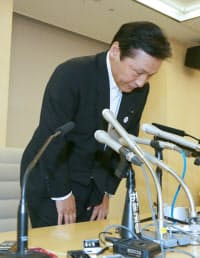 記者会見で冒頭に一礼する自民党会派の吉原修幹事長(23日午後、都庁)