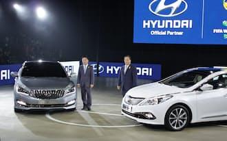 現代自動車は5月の釜山モーターショーで輸入車に対抗する韓国市場専用車(左)を発表した