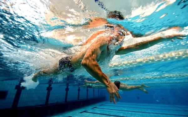 練習メニューに従って黙々と25メートルプールを往復する