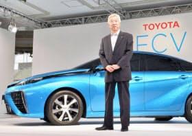 セダンタイプの燃料電池自動車を発表する加藤副社長(25日午後、東京都江東区)