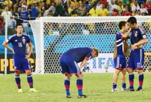 コロンビアに1-4で敗れ、肩を落とす本田(中央)ら日本のイレブン=写真 浅原敬一郎
