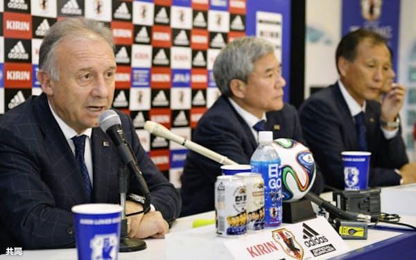 ザッケローニ監督(左)が辞意表明。中央は日本サッカー協会の大仁邦弥会長。右は原博実専務理事(25日、イトゥ)=共同