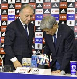 退任表明の記者会見を終え、引き揚げるザッケローニ監督。右は日本サッカー協会の大仁邦弥会長(25日、イトゥ)=共同