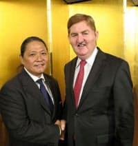 エヴリワンズの皆川社長(左)は生産工場を探しに世界中を奔走(昨年10月、豪ビクトリア州知事と)