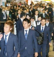 成田空港に到着した(左から)柿谷、香川、長友らW杯サッカー日本代表選手団(27日午後)