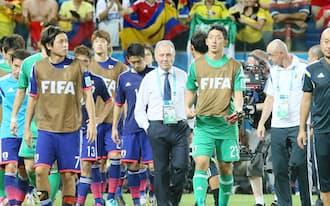 コロンビアに1-4で敗れ、肩を落としピッチを後にする日本代表イレブン