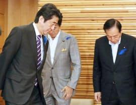 臨時閣議に臨む安倍首相。右端は太田国交相(1日午後、首相官邸)