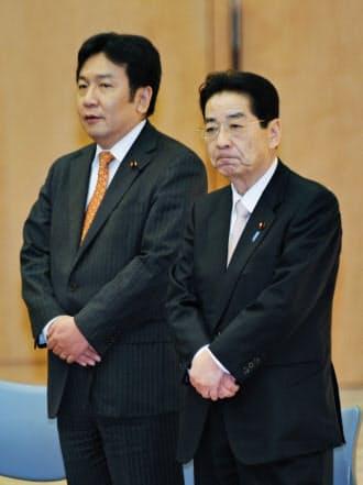 交代のあいさつに臨む枝野幸男官房長官(左)と仙谷由人前官房長官(2011年1月17日、首相官邸)