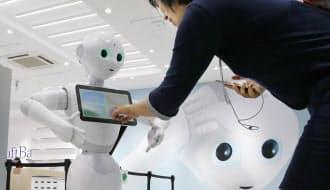 ヒト型ロボット「ペッパー」は人の表情や声から感情を理解する(東京都渋谷区のソフトバンク表参道)