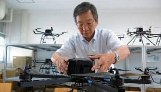 電動ヘリの自律制御技術に取り組む野波教授