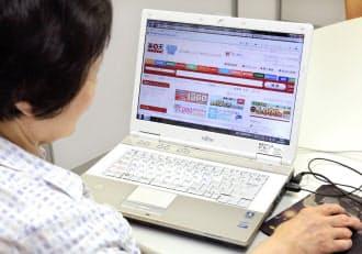 パソコンを使ってインターネット通販をする女性(東京都内)