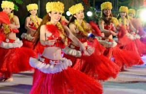 夜のショーでダンスを披露するフラガール(6月、福島県いわき市のスパリゾートハワイアンズ)=共同