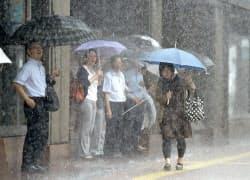 激しい雨が降る福岡市の繁華街・天神(7日午前)=共同
