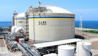 政府はLNG共同調達によりコスト削減をめざしているが……(上越火力発電所のLNGタンク)