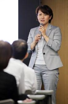 性的少数者が過ごしやすい社会にするため、企業で講演する村木さん(大阪市中央区)