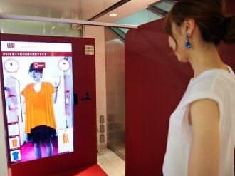 画面に表示されたアイコンに手をかざすことで試したい服や色を選ぶことができる