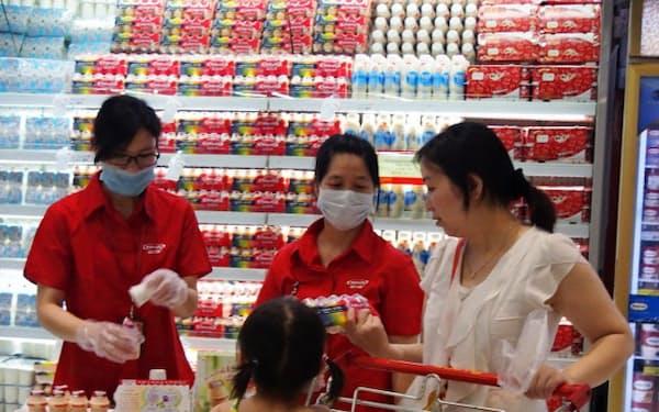 中国でも食の安心・安全や健康への関心は高く、店頭で手厚く商品説明している(広州市)