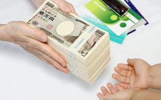 相続増税を控え、早めに子や孫に現金などを贈与して財産を減らそうという動きが広がっている