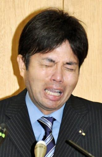 1日の記者会見で号泣する野々村竜太郎兵庫県議(神戸市)=共同