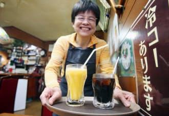 「冷コー」と呼ばれるアイスコーヒー(右)とミックスジュース(大阪市浪速区の千成屋珈琲店)