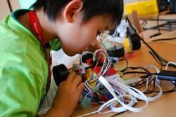 CANVASのプログラミングラボでは小学生が熱心に製作に励む(C)CANVAS