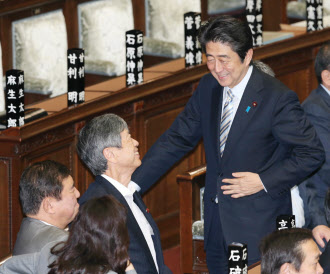 6月20日の衆院本会議で言葉を交わす自民党の石破幹事長(左)、高村副総裁(中央)、安倍首相