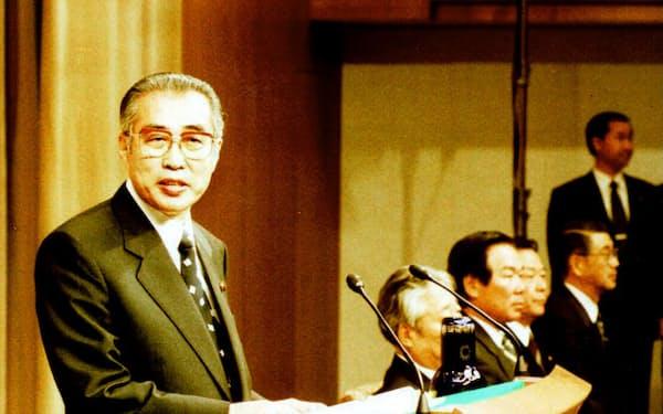 内閣改造を終え記者会見する小渕首相(1999年10月5日、首相官邸)