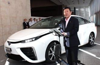 茂木経産相はトヨタの燃料電池車に試乗し、経産省の公用車として購入する意向を示した(15日、愛知県豊田市のトヨタ本社)
