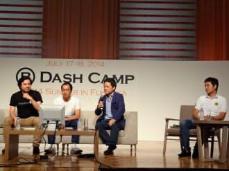 意見を交わすスマートニュースの鈴木健会長(左)、ユーザベースの梅田優祐共同CEO(左から2人目)、グライダーアソシエイツの町野健COO(同3人目)、グノシーの木村新司共同CEO(右)(17日、福岡市)