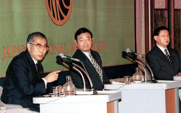 日本記者クラブ主催の公開討論会に臨む小渕首相(左)と加藤前幹事長、山崎前政調会長(1999年9月、東京都千代田区)
