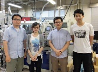 東京工業大学で細野秀雄教授の指導を受ける留学生。左から韓国出身の方俊皓氏、中国出身の王月氏、韓国出身の丁世勲氏、中国出身の何英迪氏