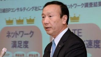 決算発表するNTTドコモの加藤薫社長(25日午後、東京・大手町)