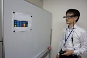 眼鏡型ウエアラブル端末でカラーコードを読み取るユニシステムの塚原真輔氏