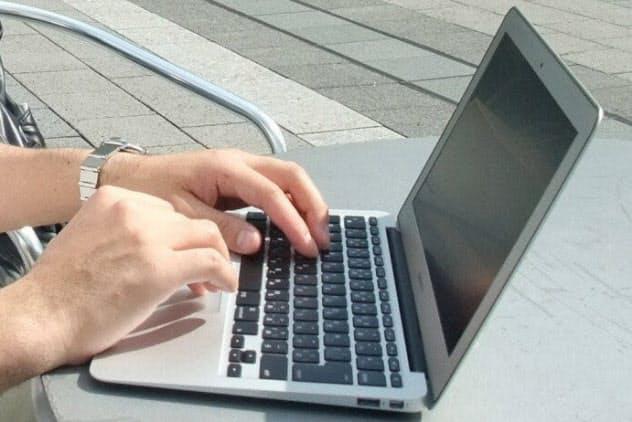 企業などに雇用されず、フリーの立場で簡単な原稿を執筆したりする仕事を請け負う人が増えている