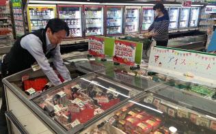 アイスクリームのメーカー出荷額は13年度、過去最高を記録した(東京都世田谷区のスーパー)