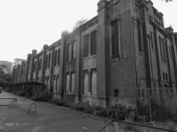 1919年完成の旧化学分析場は現存する数少ない工廠の建物
